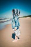 La bambina esamina il mare Fotografie Stock