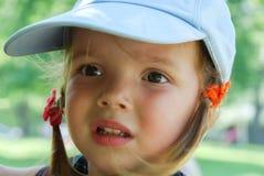 La bambina esamina l'oggetto sconosciuto Immagine Stock Libera da Diritti