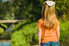 La bambina esamina la corrente Immagine Stock Libera da Diritti