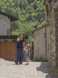 La bambina esamina la madre che beve alla bottiglia Fotografia Stock Libera da Diritti