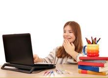 La bambina esamina qualcosa divertimento sul computer portatile Fotografia Stock Libera da Diritti