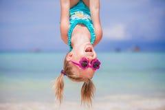 La bambina felice all'aperto durante le vacanze estive si diverte con il padre Immagine Stock