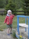 La bambina gioca felice al campo da giuoco della montagna Immagine Stock Libera da Diritti