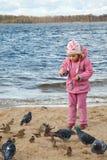 La bambina gioca la spiaggia in giorno di autunno Fotografia Stock Libera da Diritti