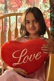 La bambina gli mostra l'amore Fotografie Stock