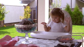 La bambina gode dell'estate e del pranzo all'aperto stock footage