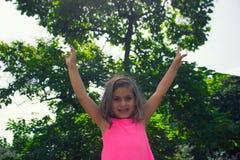La bambina gode della natura fotografia stock libera da diritti