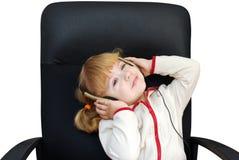 La bambina gode di nella musica Fotografie Stock Libere da Diritti
