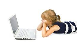 La bambina guarda nel monitor Fotografia Stock