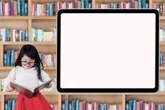 La bambina ha letto un libro vicino al bordo vuoto Immagine Stock Libera da Diritti