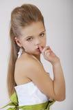 La bambina ha messo l'indice alle labbra come segno di silenzio Fotografia Stock