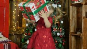 La bambina ha trovato un regalo del ` s del nuovo anno È felice video d archivio