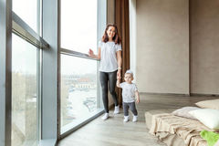 La bambina impara camminare con la sua mamma fotografie stock