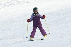 Corsa con gli sci della bambina Fotografia Stock