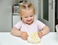 La bambina impasta la pasta Fotografie Stock