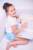La bambina legge un libro Fotografia Stock