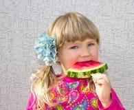 La bambina mangia l'anguria Primo piano su aria aperta fotografie stock libere da diritti