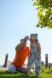 La bambina messa a fuoco ed suo padre stanno soffiando le bolle di sapone Fotografia Stock Libera da Diritti