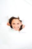 La bambina osserva con lo strato di Libro Bianco violento immagini stock