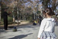 La bambina osserva le giocoliere con le manifestazioni delle sfere di cristallo Fotografie Stock