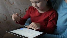 La bambina paga l'acquisto attraverso Internet stock footage