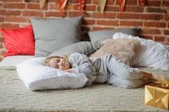 La bambina in pigiami di una morbidezza ha addormentato caduto Fotografia Stock