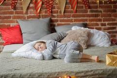 La bambina in pigiami di una morbidezza ha addormentato caduto Immagini Stock Libere da Diritti