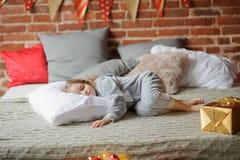 La bambina in pigiami di una morbidezza ha addormentato caduto Fotografie Stock Libere da Diritti