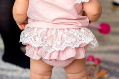 La bambina in pizzi costa una parte posteriore Fotografia Stock