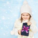 La bambina in protezione apre la casella fotografia stock