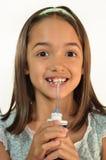 La bambina prova un selezionamento dell'acqua Immagini Stock Libere da Diritti