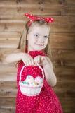 La bambina raccoglie le uova di Pasqua fotografia stock libera da diritti