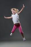 La bambina salta Immagini Stock