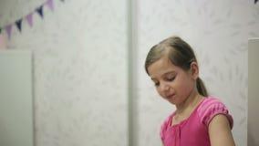 La bambina salta le bolle di sapone archivi video