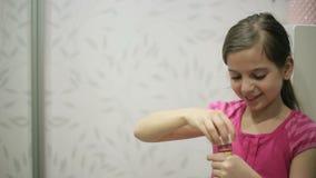 La bambina salta le bolle di sapone video d archivio