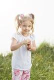 La bambina salta le bolle di sapone Immagine Stock