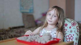 La bambina scolpisce le figure dalla sabbia video d archivio
