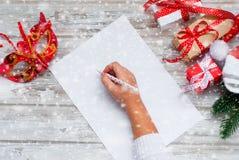 La bambina scrive la lettera a Santa Claus Immagine Stock