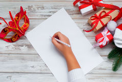 La bambina scrive la lettera a Santa Claus Fotografia Stock Libera da Diritti
