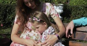 La bambina segna la sua pancia incinta archivi video