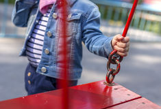 La bambina sfavorevole sul campo da giuoco Immagine Stock Libera da Diritti