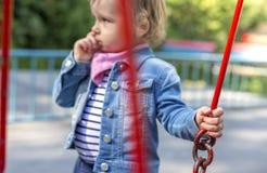 La bambina sfavorevole sul campo da giuoco Immagini Stock Libere da Diritti