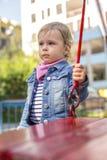La bambina sfavorevole sul campo da giuoco Fotografia Stock