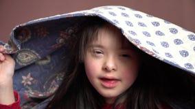 La bambina si diverte video d archivio