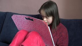 La bambina si diverte stock footage