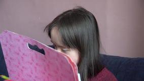 La bambina si diverte archivi video
