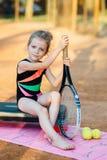 La bambina si siede su un punto Fotografie Stock