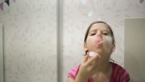 La bambina soffia il movimento lento delle bolle di sapone video d archivio