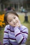 La bambina sorride piacevolmente Immagine Stock