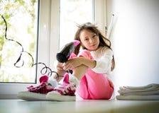 La bambina sorridente sveglia asciuga i capelli Fotografia Stock